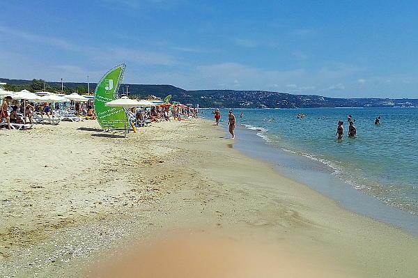 Само собой расстояние между гостями пляжа больше антиковидной нормы.