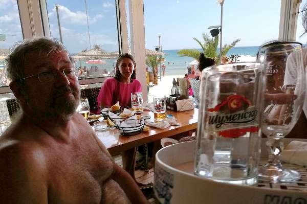Пиво, рыбешка во фритюре, желтый песчаный пляж голубого Черного моря.